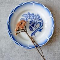 Piatto con fiori blu